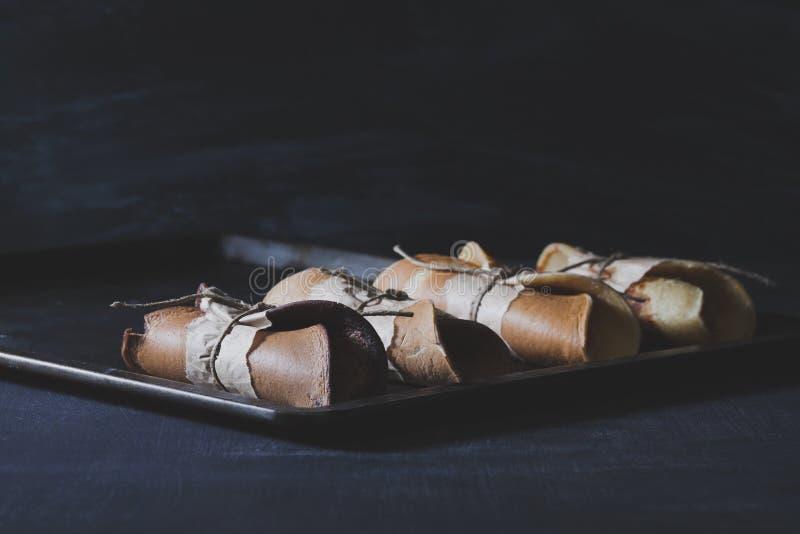 Prima colazione rustica con i pancake del cioccolato sui wi di piastra metallica arrugginiti fotografia stock libera da diritti