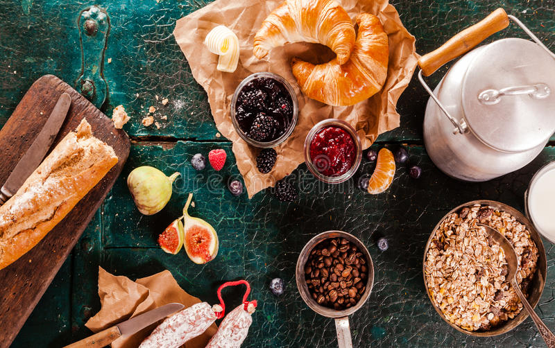 Prima colazione rustica sana con frutta fresca fotografia stock libera da diritti