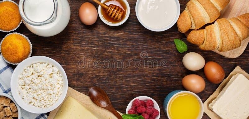 Prima colazione sana con i prodotti lattier-caseario naturali fotografia stock