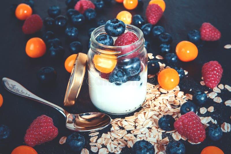 Prima colazione sana con yogurt e le bacche in un barattolo fotografia stock libera da diritti