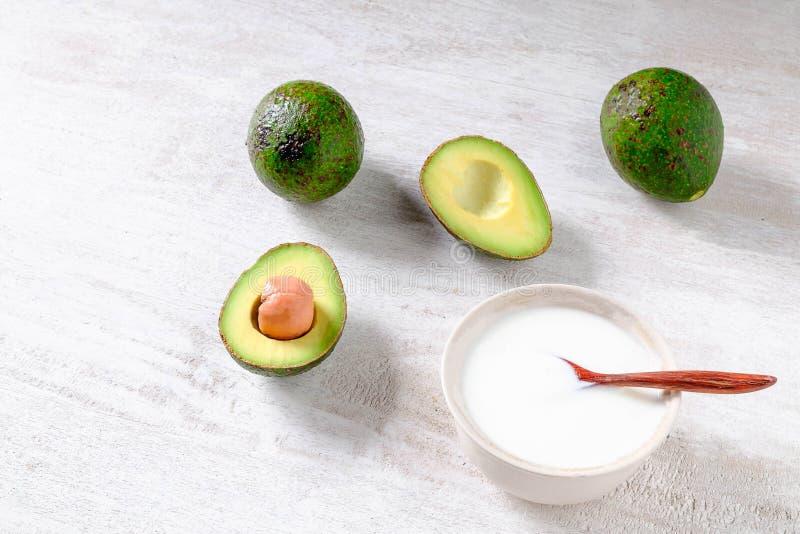 Prima colazione sana dell'avocado e del yogurt immagini stock