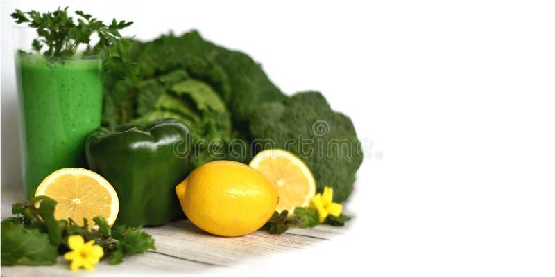 Prima colazione sana della disintossicazione con il frullato verde in ingredienti di verdure di vetro e del limone e fotografia stock