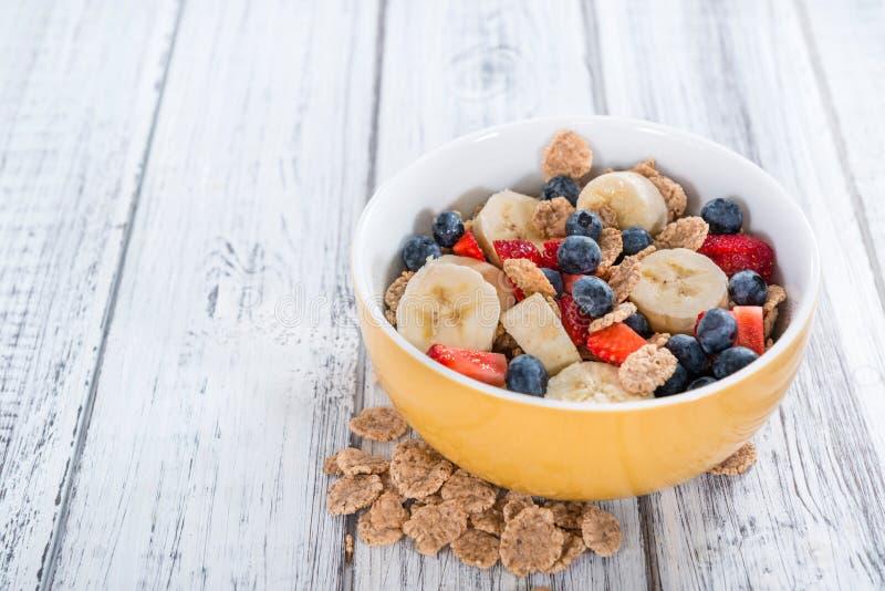 Prima colazione sana (fiocchi di granturco con i frutti) immagine stock libera da diritti