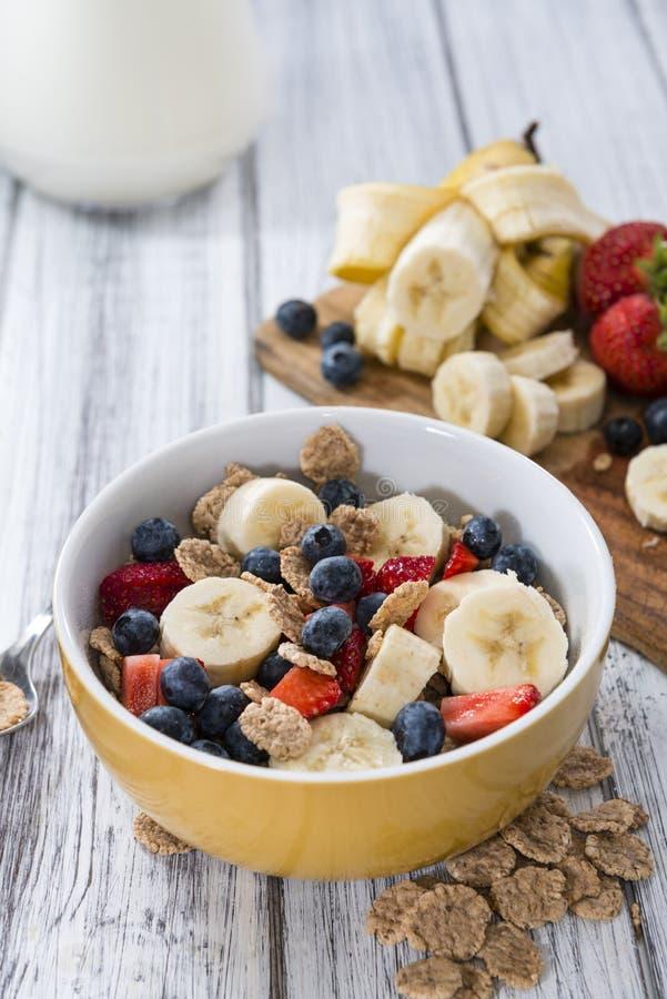 Prima colazione sana (fiocchi di granturco con i frutti) fotografia stock libera da diritti