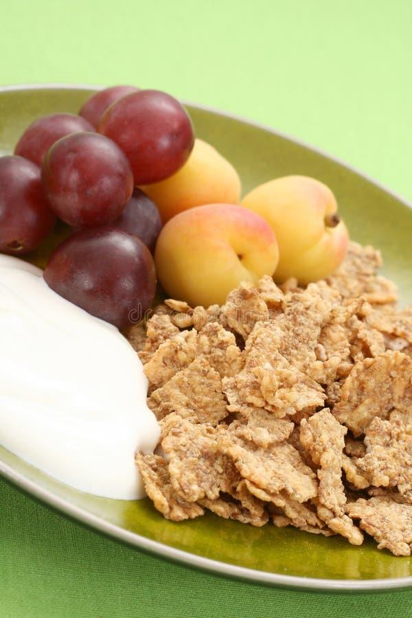 Prima colazione sana - musli e frutta immagini stock libere da diritti