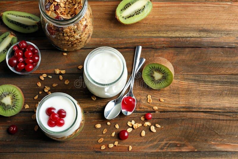 Prima colazione saporita con yogurt e granola immagine stock