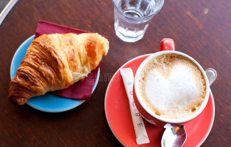Prima colazione saporita in un caffè parigino della via fotografia stock
