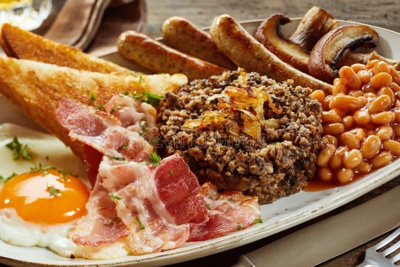 Prima colazione scozzese piena del paese con i haggis fotografie stock libere da diritti
