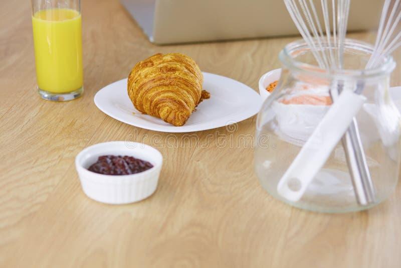 Prima colazione su fondo di legno bianco - croissant, inceppamento, J arancio fotografie stock libere da diritti