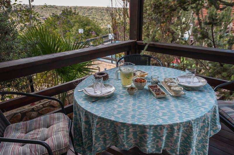 Prima colazione sul balcone con la vista scenica fotografia stock