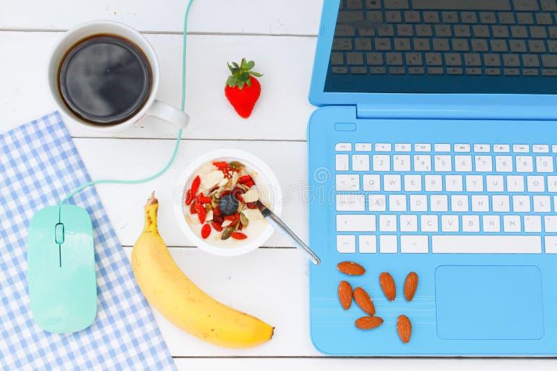 Prima colazione sul lavoro fotografie stock
