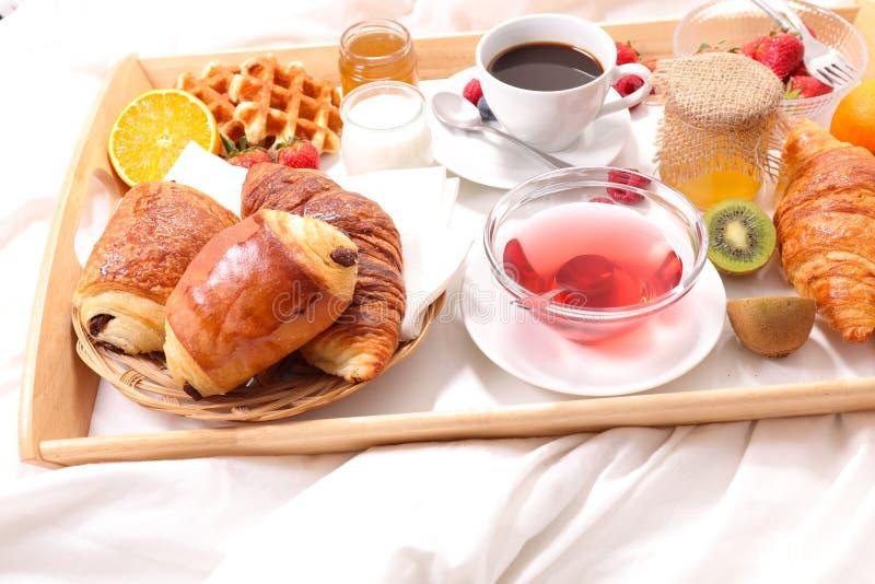 Prima colazione sul letto immagini stock libere da diritti