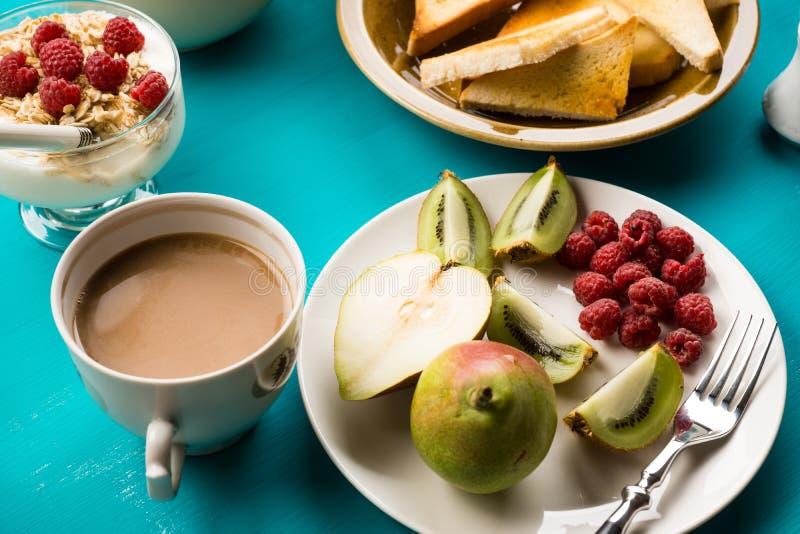 Prima colazione sulla tavola di legno blu immagini stock