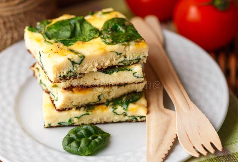 Prima colazione tradizionale - frittata con spinaci e formaggio fotografia stock