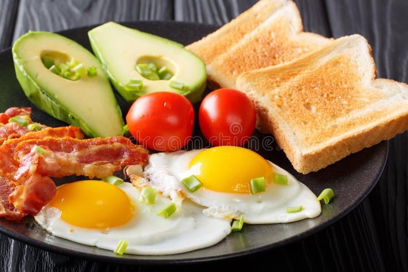 Prima colazione tradizionale sana delle uova fritte con bacon, avoirdupois fresca fotografia stock