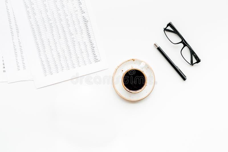 Prima colazione in ufficio con caffè sullo scrittorio del lavoro con i documenti e vetri sullo spazio bianco di vista superiore d fotografie stock libere da diritti
