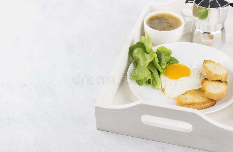 Prima colazione: uova fritte con i verdi, succo d'arancia, caffè su un whi immagini stock libere da diritti