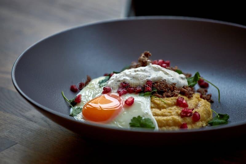 Prima colazione - uovo fritto, fagioli, pomodori, funghi, granato fotografia stock libera da diritti