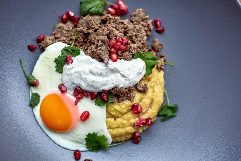 Prima colazione - uovo fritto, fagioli, pomodori, funghi, granato fotografia stock