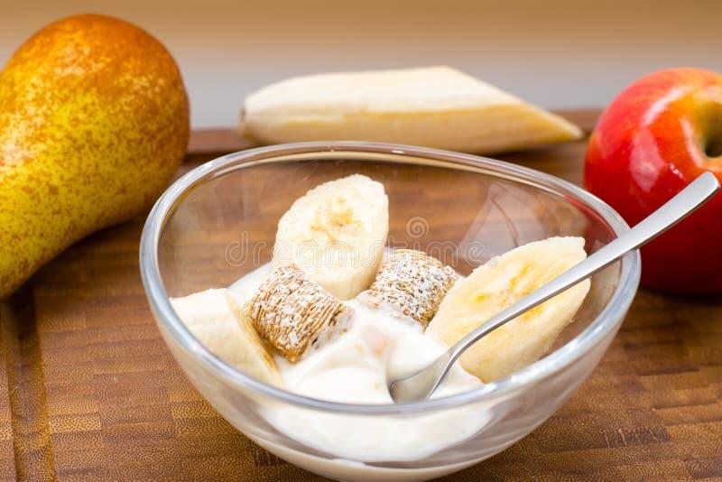 Prima colazione - yogurt con frutta e cereali fotografia stock libera da diritti