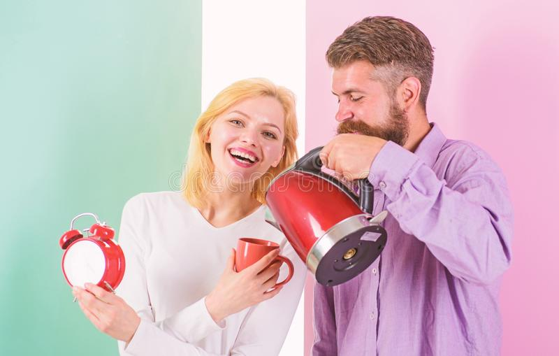 Prima cosa fanno ogni mattina preparano la bevanda calda Godendo della mattina piacevole insieme Uomo con il bollitore elettrico  immagini stock libere da diritti