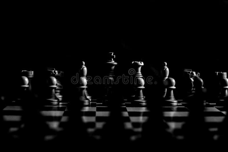 Prima della battaglia di scacchi in in bianco e nero drammatico fotografia stock