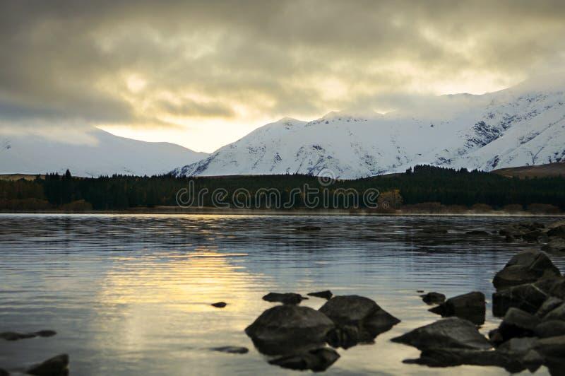 Prima di sunsire ai posti di paradiso in Nuova Zelanda/lago del sud Tekapo/chiesa di buon pastore immagine stock