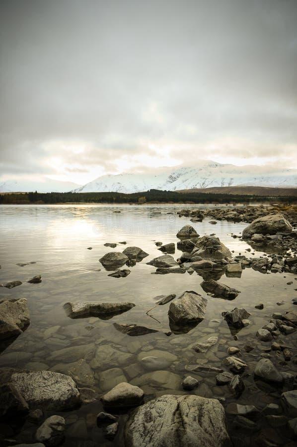 Prima di sunsire ai posti di paradiso in Nuova Zelanda/lago del sud Tekapo/chiesa di buon pastore fotografia stock libera da diritti
