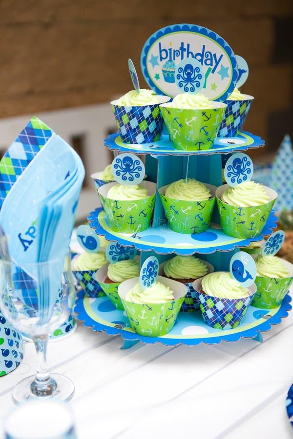 Prima festa di compleanno del neonato - insieme della tavola immagine stock