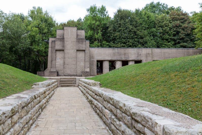 Prima fossa commemorativa di guerra mondiale una delle baionette a Douaumont, franco fotografia stock