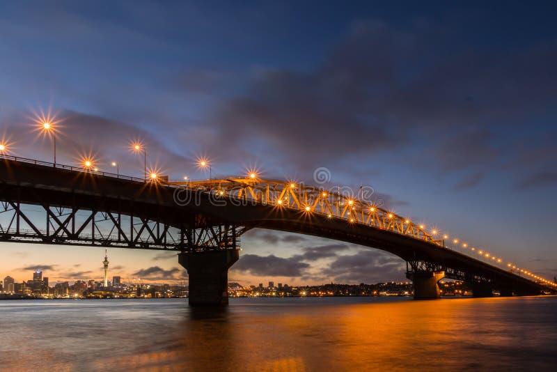 Prima luce del ponte del porto di Auckland fotografia stock libera da diritti