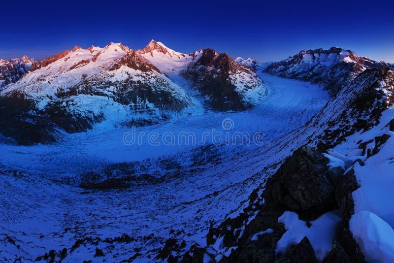 Prima neve in montagne delle alpi Vista panoramica maestosa del ghiacciaio di Aletsch, il più grande ghiacciaio in alpi all'eredi immagini stock