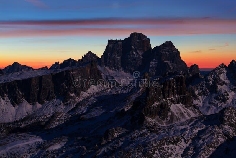 Prima neve Vista soleggiata splendida neve delle alpi della dolomia della prima Scena variopinta di inverno della catena montuosa fotografia stock