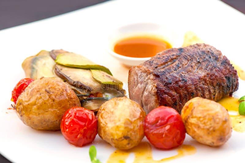 Prima piec na grillu soczystego wołowina stek z piec warzywami obraz royalty free