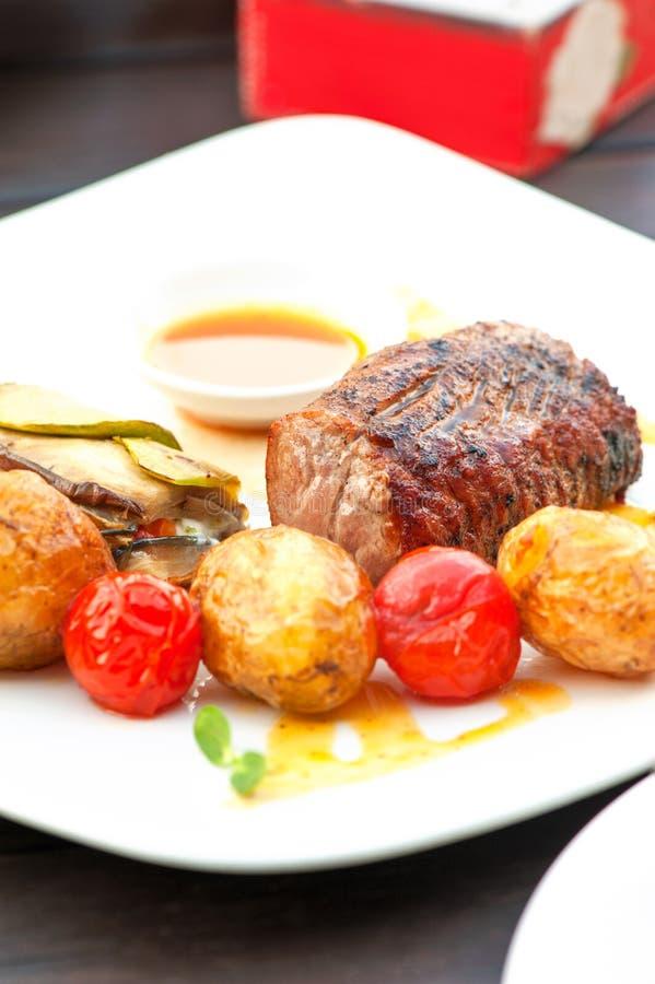 Prima piec na grillu soczystego wołowina stek z piec warzywami obraz stock
