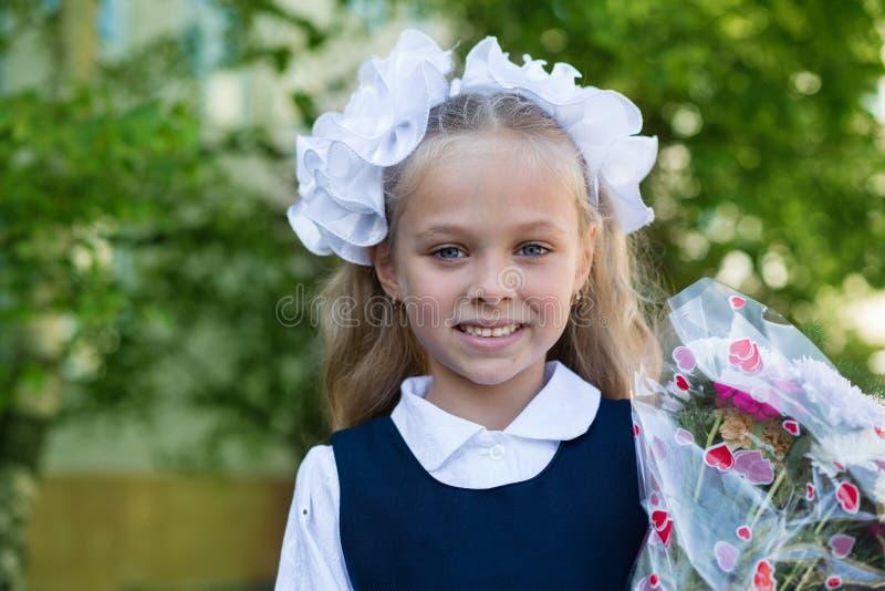 Prima ragazza del selezionatore con i fiori fotografia stock libera da diritti