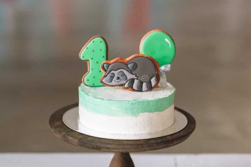 Prima torta di compleanno isolata su fondo bianco fotografia stock libera da diritti