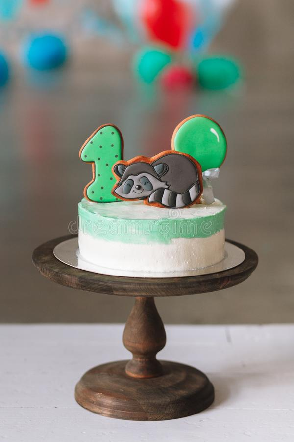 Prima torta di compleanno isolata su fondo bianco fotografia stock