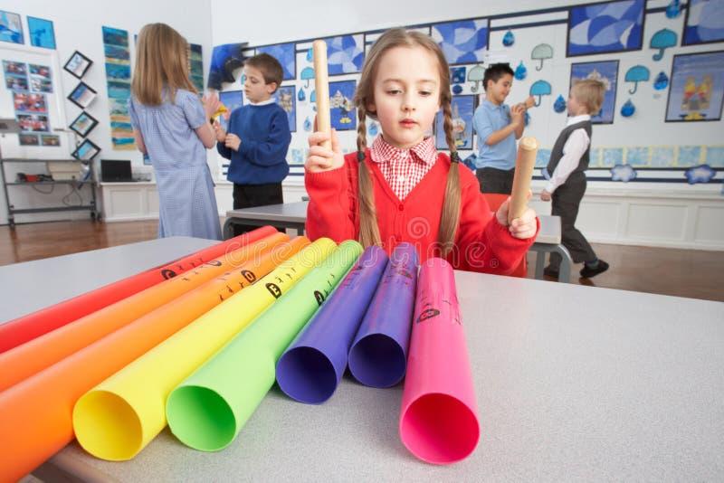 Primaire Schoolkinderen die de Les van de Muziek hebben stock fotografie