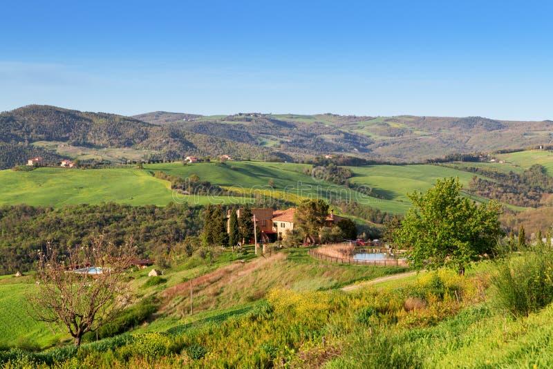 primavera bonita da paisagem de Toscânia, perto de San Gimignano foto de stock