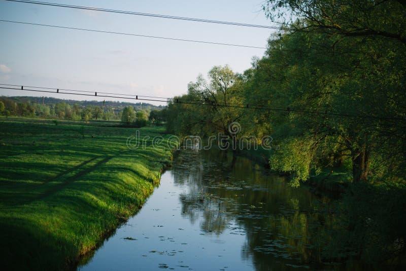 Primavera che uguaglia paesaggio soleggiato vicino al fiume immagine stock libera da diritti