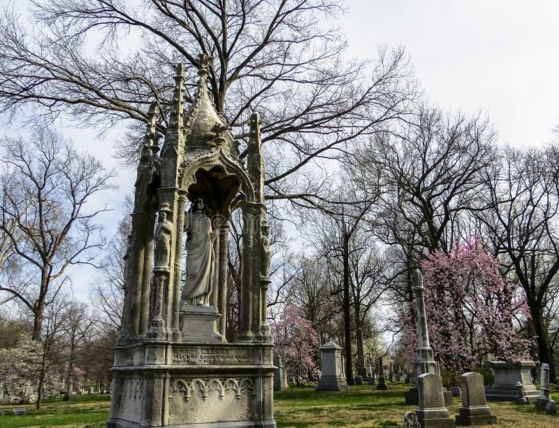 Primavera con el difunto en el cementerio de Bellefontaine - Saint Louis, MES fotos de archivo libres de regalías