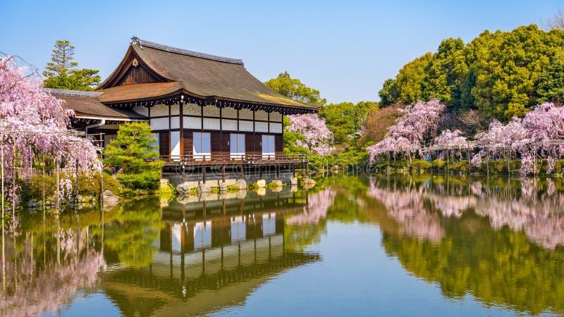 Primavera de Kyoto, Japón en el jardín de la charca de la capilla de Heian fotografía de archivo