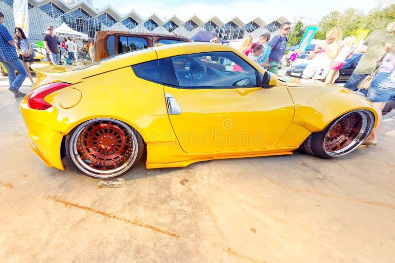 primavera de 2016 de Moscou Nissan amarelo 370z com bordas lustradas e as rodas douradas ajustado na suspensão do ar bagged estil imagens de stock royalty free