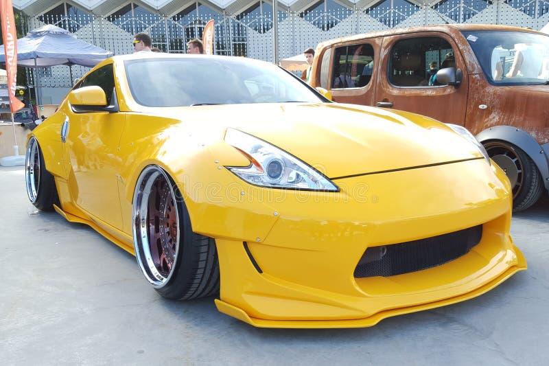 primavera de 2016 de Moscou Nissan amarelo 370z com bordas lustradas e as rodas douradas ajustado na suspensão do ar bagged estil foto de stock