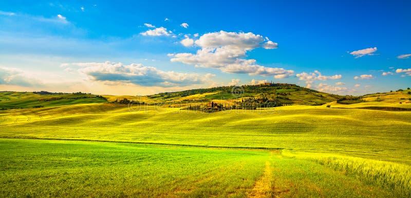 Primavera de Toscana, pueblo de Pienza y campo medievales Siena, imagenes de archivo