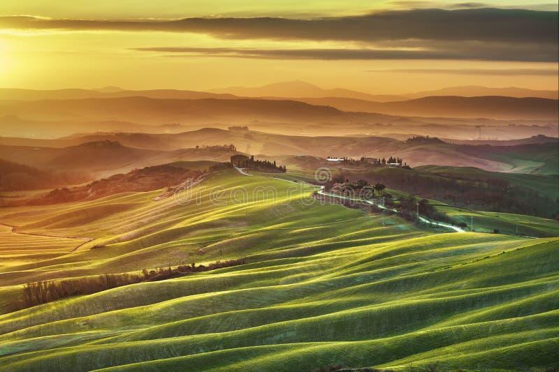Primavera de Toscana, Rolling Hills en puesta del sol brumosa Paisaje rural imagen de archivo libre de regalías