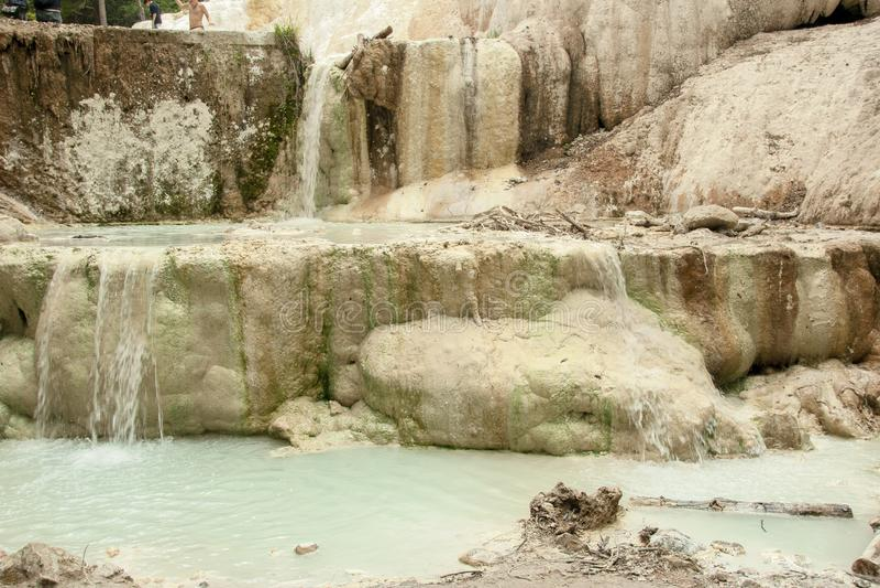 Primavera del agua termal de Bagni san Filippo fotos de archivo