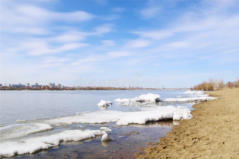 Primavera del fiume Irtysh Omsk, Russia fotografia stock libera da diritti