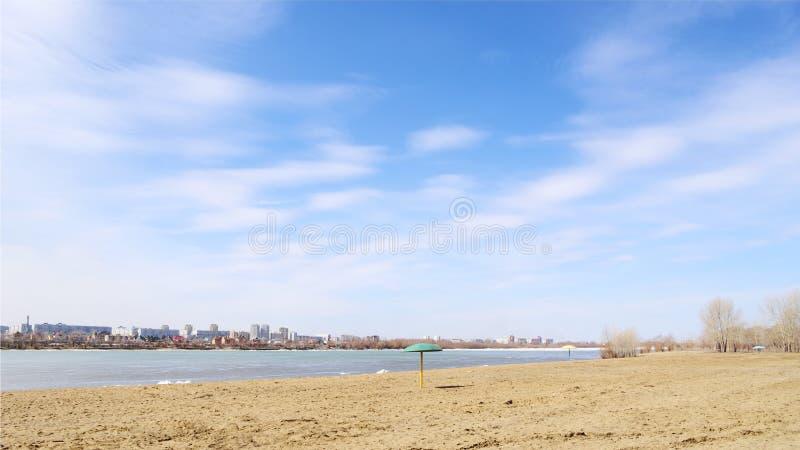 Primavera del fiume Irtysh Omsk, Russia immagini stock
